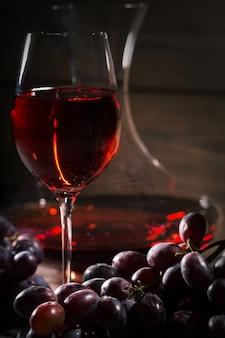 Copa de vino tinto y un racimo de uvas