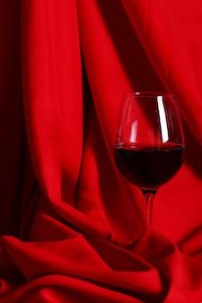 Copa de vino tinto sobre tela roja