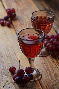 Copa de vino tinto y uva