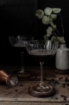Copa de vino transparente en mesa de madera marrón