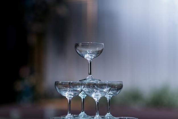 Copa de vino vacía con fondo borroso