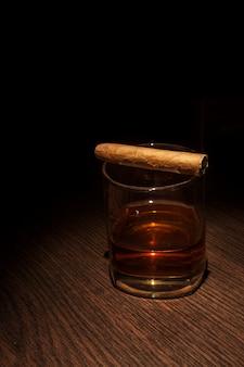 Copa de whisky de lujo con cigarro