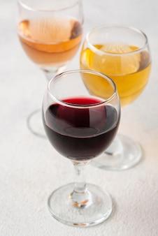 Copas de ángulo alto con surtido de vinos.
