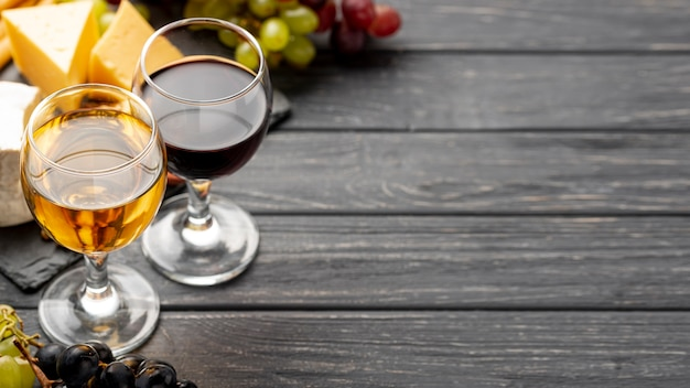 Copas de ángulo alto con vino con espacio de copia
