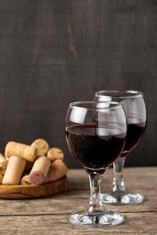 Copas de ángulo alto con vino tinto en la mesa