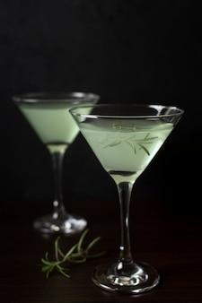 Copas aromáticas de cócteles listos para servir