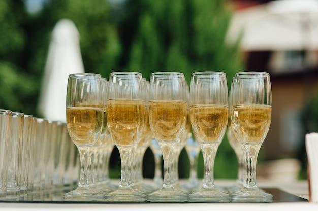 Copas de boda llenas de champán en el banquete
