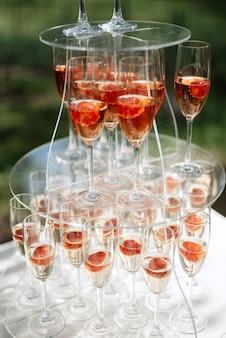 Copas de boda para vino y champán de cristal.