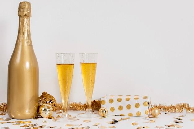 Copas de botella de champán y decoración con espacio de copia