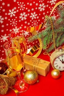 Copas de champagne y adornos navideños.