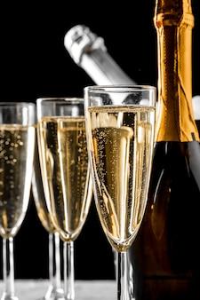 Copas de champagne con la botella.