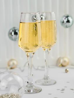 Copas de champagne con burbujas y globos.
