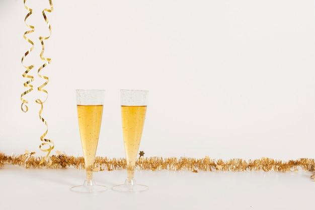 Copas de champagne con copia espacio