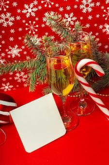 Copas de champagne y decoraciones navideñas.