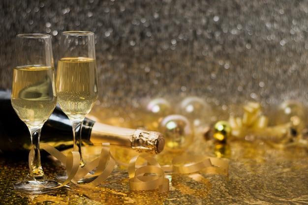 Copas con champagne en la mesa