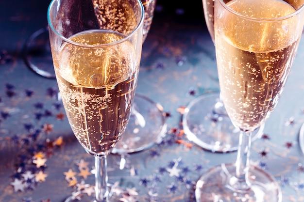 Copas de champagne en la mesa
