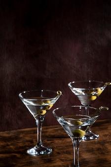 Copas de champán con aceitunas