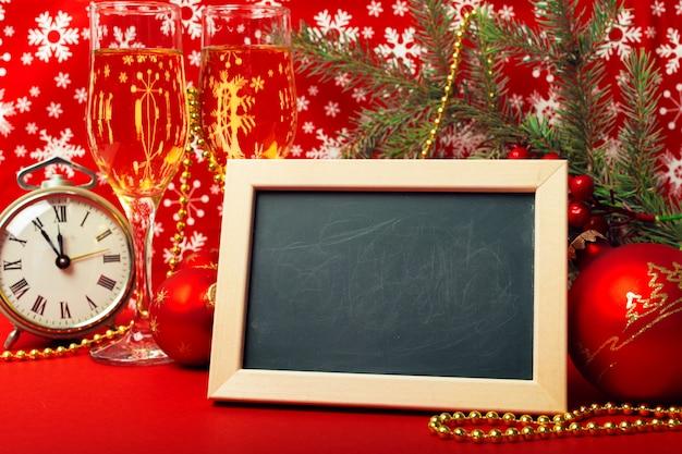 Copas de champán y adornos navideños.