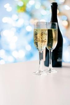 Copas de champán burbujeante con botella
