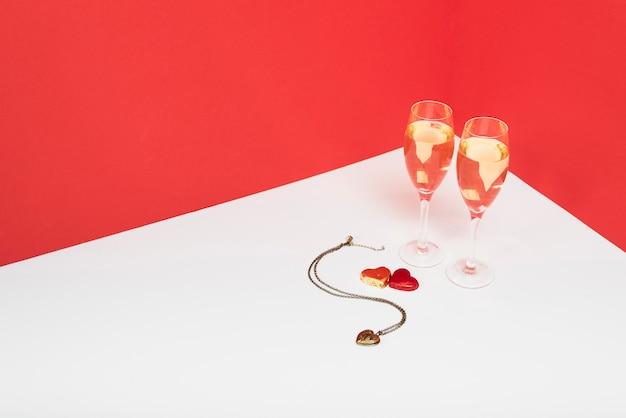 Copas de champán con colgante en mesa