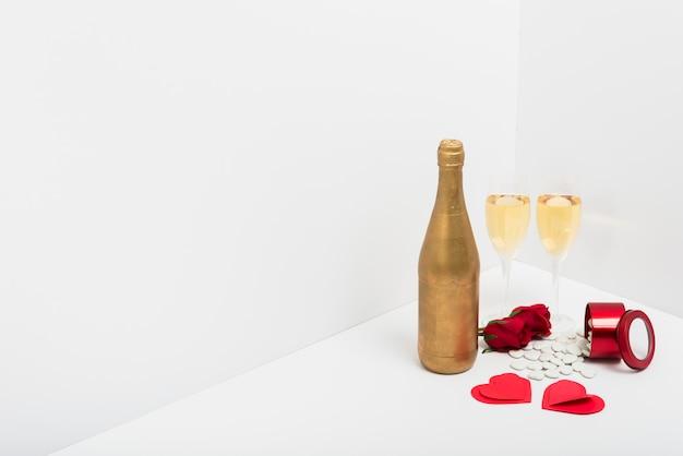 Copas de champán con corazones pequeños de papel.