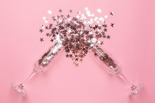 Copas de champán con estrellas plateadas y rosas