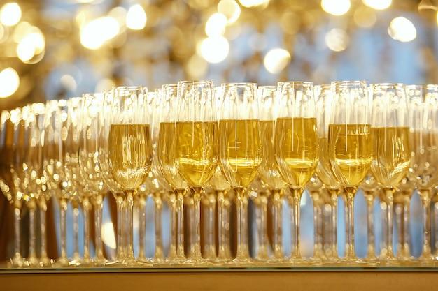Copas de champán en la fiesta de año nuevo. imagen del evento conceptual. enfoque selectivo.