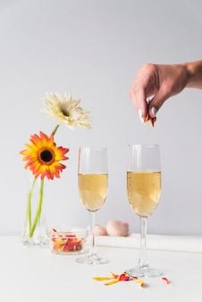 Copas de champán con flores sobre la mesa