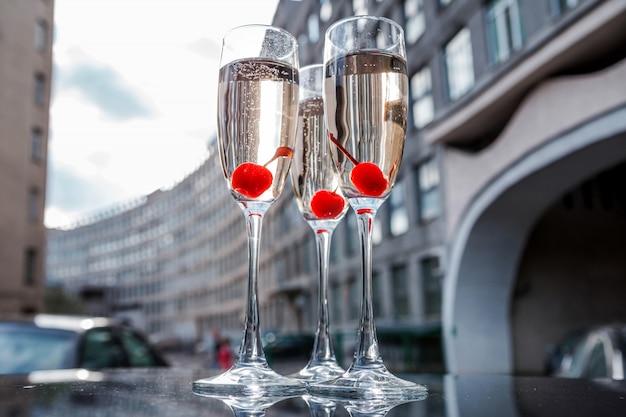 Copas de champán en el fondo del edificio de la ciudad.