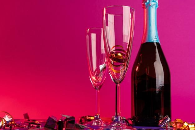 Copas de champán con guirnaldas de fiesta