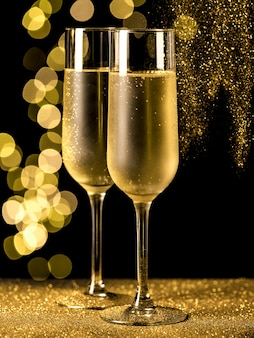 Copas de champán con luces bokeh