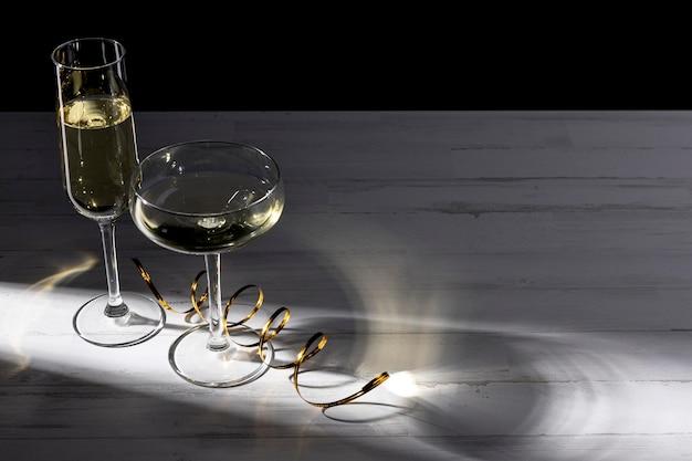 Copas de champán en la mesa