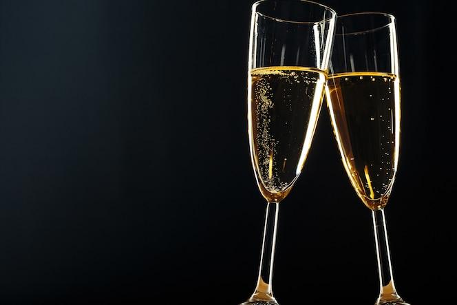 Copas de champán para ocasión festiva en un oscuro