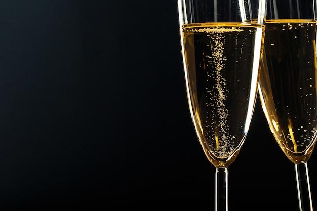 Copas de champán para ocasiones festivas contra un fondo oscuro