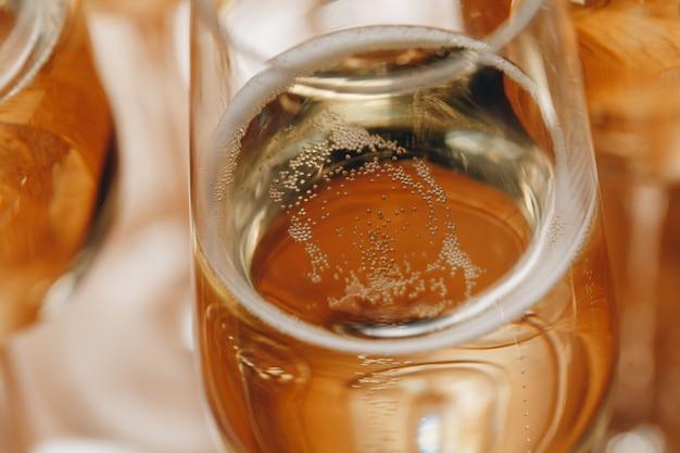 Copas de champán en primer plano de la mesa.