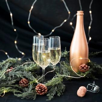 Copas de champán con ramas en mesa