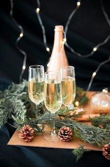 Copas de champán con ramas verdes
