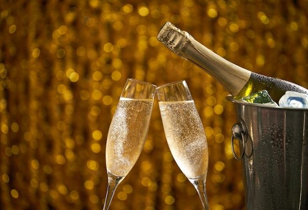 Copas de champán sobre un fondo abstracto, concepto de fiesta o vacaciones, espacio de copia