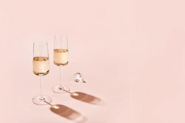 Copas de champán con sombras nítidas, concepto de color moderno y elegante.