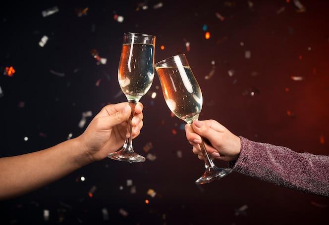 Copas de champaña tostadas en celebración