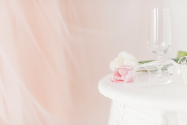Copas y flores sobre una mesa