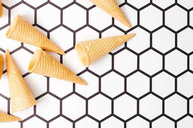 Copas de helado crujientes sobre fondo hexagonal
