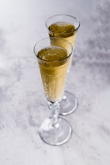 Copas llenas de champán sobre superficie de hormigón