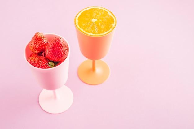 Copas de naranja y fresas