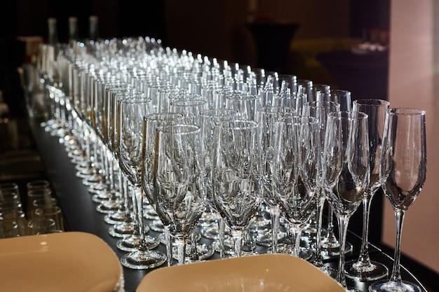 Copas vacías de champaña, refresco y vino