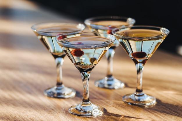 Copas de vino con bebidas y bayas