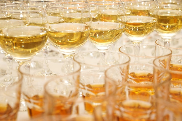 Copas de vino blanco en el banquete