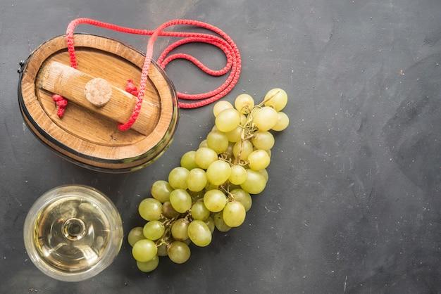 Copas de vino blanco con barrica
