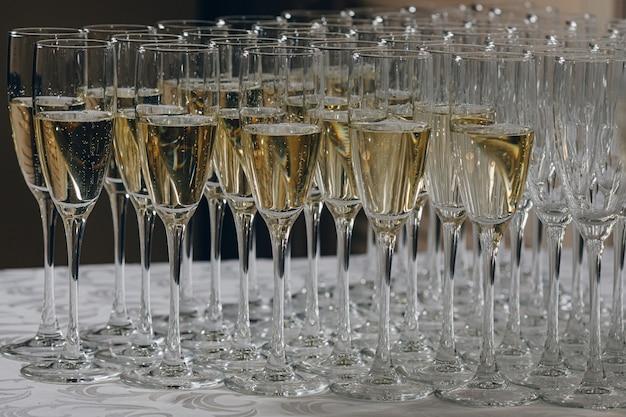 Copas de vino blanco espumoso champán muchos primeros planos