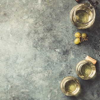 Copas de vino blanco espumoso sobre fondo rustick